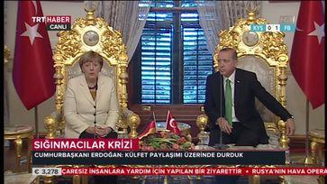 Archivbild: Merkel und Erdogan in Istanbul. Merkel repräsentiert die BRD mit der Türkischen Nationalflagge.