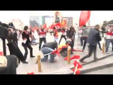 "Screenshot aus dem Youtube Video ""1 mayıs 2015 komünist parti'nin taksim'e girmesi"""