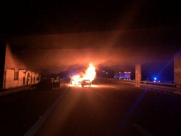 Brennendes Auto auf der A60 in Höhe der Anschlusstelle Ingelheim West. Bild: Polizei
