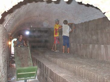 Kinderarbeit: Ein Kind als Mitglied eines jugendlichen Teams in einer Ziegelei 2008 in Paraguay