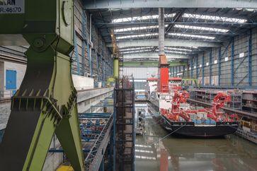 Blick in die Dockhalle 1 mit dem in Bau befindlichen Forschungsschiff Sonne in der Meyer Werft (Symbolbild)