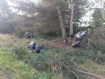 Unfallstelle mit zerstörtem Pkw.  Bildrechte: Polizei Goslar.