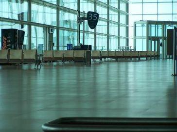 Flughafenhalle (Symbolbild)