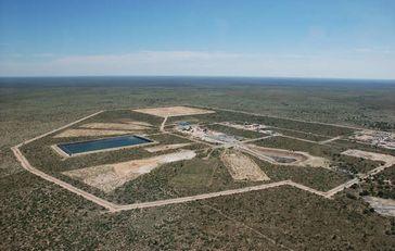 2004 sagte ein botswanischer Minister, es würde weder Bergbau noch irgendwelche Pläne für zukünftigen Bergbau innerhalb des CKGR geben. 2014 eröffnet eine Diamantenmine im Wert von 4,9 Milliarden US-Dollar.  Bild: © Gem Diamonds