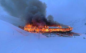 Der Großbrand im weltberühmten Motorradmuseum am Timmersjoch in Österreich brannte am 18.01.2021 aus  Bild: JOB Group Fotograf: JOB Group