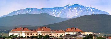 Flüchtlingslager Traiskirchen: Die Gebäude des Lagers mit dem Schneeberg im Hintergrund