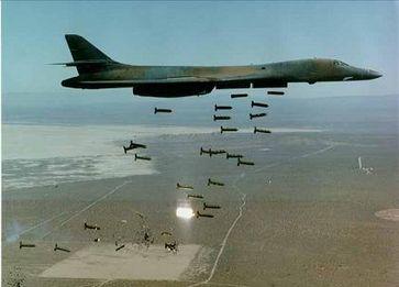 """Ein US-amerikanischer B-1-Bomber  wirft 30 """"Cluster-Bomben"""" ab und """"sichert"""" somit Frieden in der Welt?!?"""