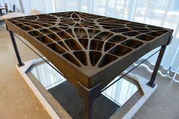 Die Platten, aus denen dieser Boden zusammengefügt wurde, bestehen aus 3D-gedrucktem Sand. Quelle: ETH Zürich / Peter Rüegg (idw)