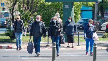Menschen tragen Masken