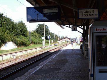 Gleis 4 (August 2011), auf das Wolfgang Grams während des Schusswechsels rücklings fiel, aus Sicht der damaligen Position der GSG-9-Beamten