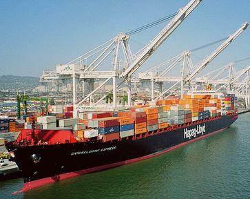 Containerschiff im Hafen von Oakland, Kalifornien