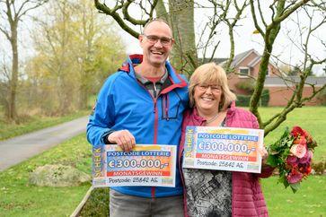 """Torsten und Monika freuen sich über ihren Gewinn von insgesamt 600.000 Euro. Bild: """"obs/Postcode Lotterie/Wolfgang Wedel"""""""