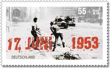 Deutsche Briefmarke von 2003 zum 50. Jahrestag des Volksaufstandes in der DDR. Der rechte der beiden abgebildeten Steinewerfer ist der West-Berliner Arno Heller, der damals am Städtischen Konservatorium Musik studierte.[4]