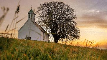 Kirche im Abendlicht (Symbolbild)