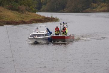 """Bild beim """"Heimschleppen"""" des Sportbootes (Feuerwehr Bleckede) Bild: Polizei"""