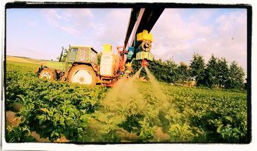 Agrolandwirtschaft hantiert mit hochgiftigen Mitteln, von denen viele nur per Ausnahmegenehmigung durchgewunken wurden (Symbolbild)