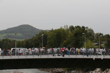 Flüchtlinge warten auf der Grenzbrücke zwischen dem österreichischen Salzburg und dem bayerischen Freilassing auf die Registrierung bei der Einreise (23.September 2015)