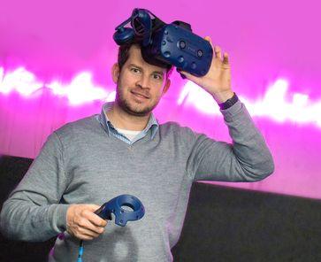 Hoteldirektor Florian Mayer mit VR-Brille