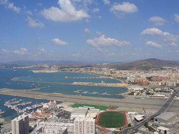 Gibraltar im Vordergrund und das spanische Festland