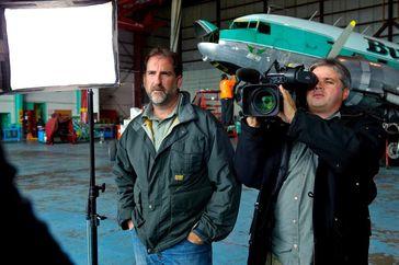 Brad Quenville und Todd Craddock in der Flughalle des Buffalo's Yellowknife. Bild: ZDF und Ed Araquel