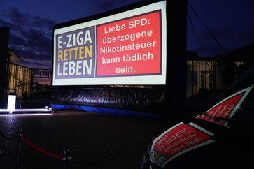 Projektion - Überzogene Nikotinsteuer Bild: Verband des eZigarettenhandels Fotograf: BILDSCHÖN/Maelsa
