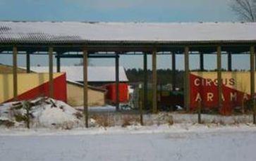 Die Bären waren und sind vermutlich weiterhin in einem roten Anhänger (auf dem Bild in der Mitte zu sehen) untergebracht. Bild:  PETA
