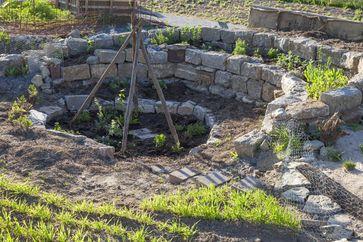 Kraterbeet mit Kräutern und Gemüse Bild: NABU/Martin Staffler