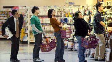 """Eine typisch """"diskrete"""" Schlange vor der Kasse im Supermarkt (Symbolbild)"""
