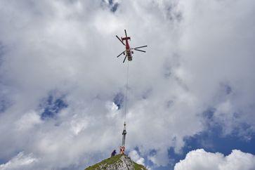 Das erste steinerne Gipfelkreuz Österreichs erreicht seinen Bestimmungsort, die Seekarlspitze in der Region Achensee, Tirol. Bild:     Achensee Tourismus