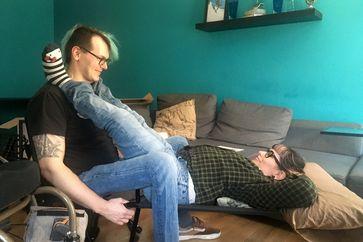 David und Lisa testen ein sexuelles Hilfsmittel für Rollstuhlfahrerinnen und -fahrer. Bild: ZDF Fotograf: Denise Dismer