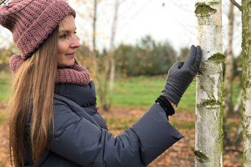 Designerin Anastasiya Koshcheeva fertigt Produkte aus dem Rohstoff Birkenrinde - vom Hocker bis zu Armbändern. Bild: ZDF Fotograf: Stella Könemann