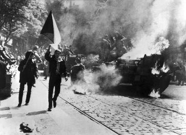 Prager Frühling: Einwohner von Prag mit tschechoslowakischer Flagge vor einem sowjetischen Panzer