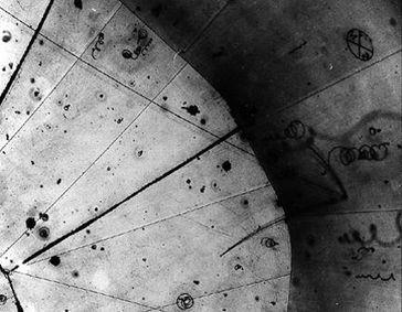 Die erste Aufnahme eines Neutrinos in einer Blasenkammer gefüllt mit flüssigem Wasserstoff am Argonne National Laboratory von 1970.