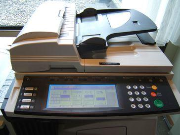 Multifunktionsgerät mit Kopierer, Drucker, Scanner und Faxfunktion