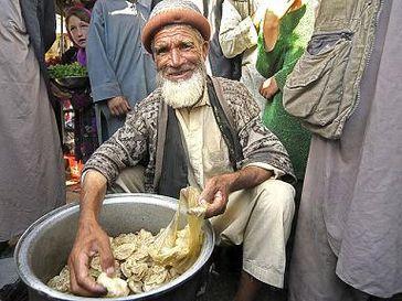 Ein alter Mann verkauft Mantu, tortelliniartige Teigtaschen auf dem Bazar in Baharak. Bild: Bundeswehr/Stollberg/Martin Stollberg