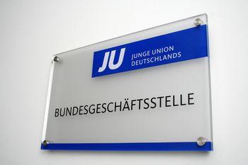 Das Türschild der JU-Bundesgeschäftsstelle in Berlin. Bild: Junge-Union BGST