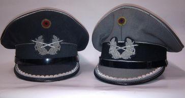Schirmmützen für Offiziere des Heeres der Bundeswehr.