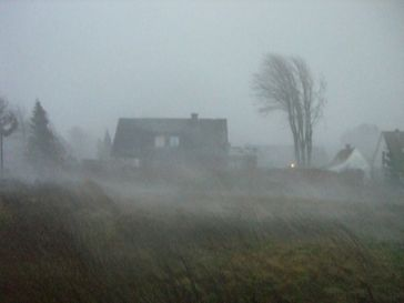 Orkan, Sturm, Unwetter, Regen & Haus (Symbolbild)