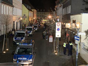 Polizei im Einsatz wegen Schwarzarbeit, nicht ordnungsgemäßen Kassen, Nichtraucherschutz, ufm. Bild: Polizei
