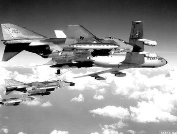Drei McDonnell F-4 Bomber und ein KC-135 Tankflugzeug über Nordvietnam