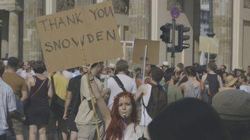 Demo Schild Snowden Bild: SWR/Indi Film