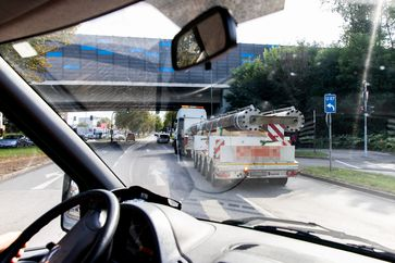 Nach der Kontrolle haben Polizeibeamte den Transport zurück zur Firma begleitet.