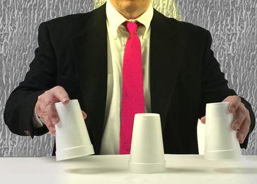 Hütchenspiel, Betrug, Manipulation und falsches Spiel (Symbolbild)