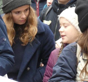 Neubauer (links) mit Greta Thunberg (rechts) im März 2019 bei einer Fridays-For-Future-Demonstration in Hamburg.