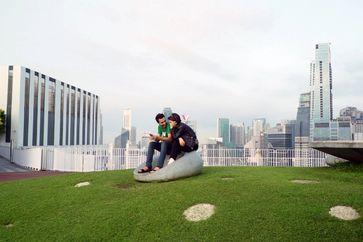 """Ein grünes Dach auf einem Hochhaus in Singapur Bild: """"obs/3sat/ZDF/ORF"""""""