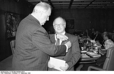 Bundeskanzler Kohl überreicht das Große Verdienstkreuz des Verdienstordens der Bundesrepublik Deutschland an Blüm (1990)