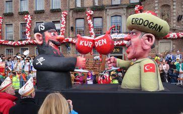 Karnevalswagen am Rosenmontag 2016 auf dem Marktplatzvor von Düsseldorf