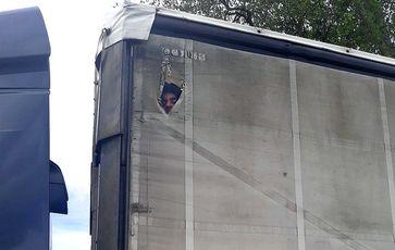 Sechs afghanische Migranten sind auf der Ladefläche eines Lkw-Aufliegers illegal nach Deutschland gebracht worden.Bild: Bundespolizei