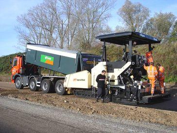 Straßenbau: Asphalteinbau mit Fertiger