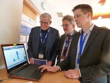 Prof. Dr. Hans-Jürgen Schlösser, Prof. Dr. Nils Goldschmidt und Dr. Michael Schuhen (v.l.) testen ei Quelle: Universität Siegen (idw)